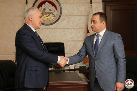 Президент Южной Осетии Леонид Тибилов поздравил Знаура Гассиева с днем рождения