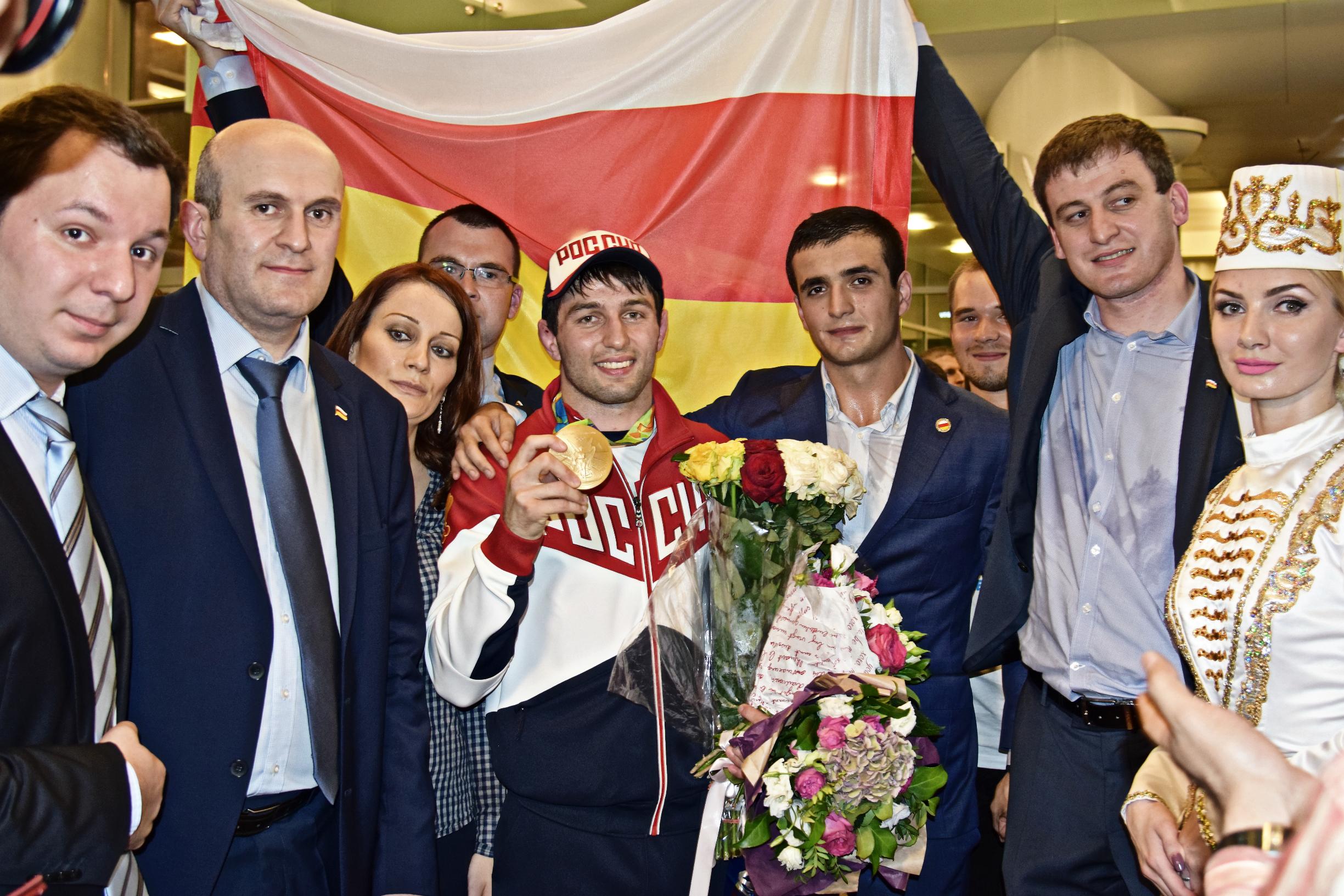 Сотрудники Посольства Республики Южная Осетия встретили своего героя — олимпийского чемпиона Сослана Рамонова