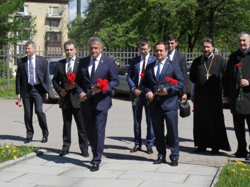 Президент Южной Осетии почтил память жертв бесланской трагедии в Санкт-Петербурге