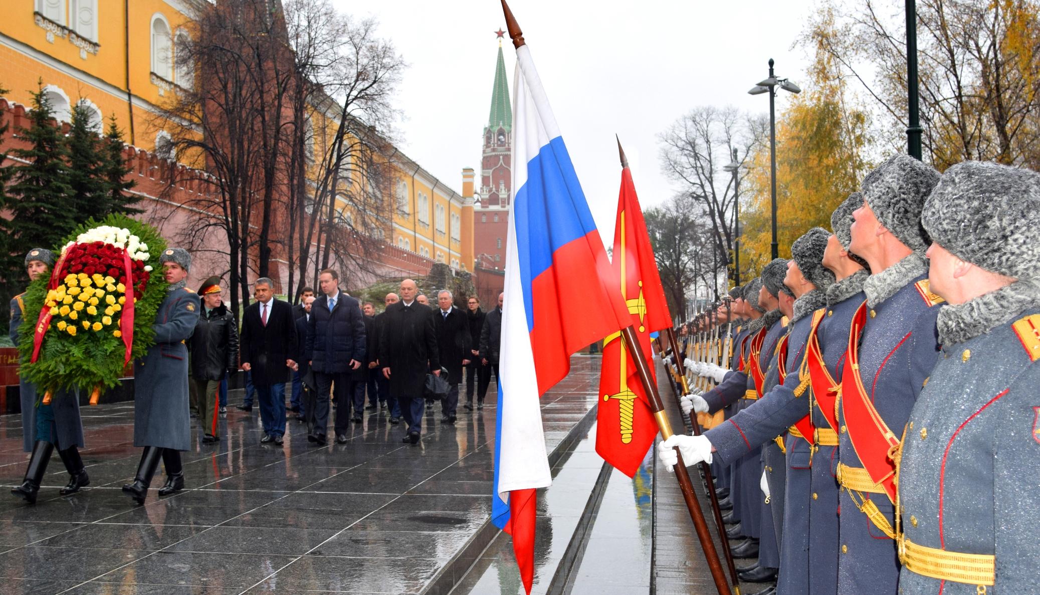 Анатолий Бибилов возложил венок к Могиле Неизвестного солдата у Кремлевской стены