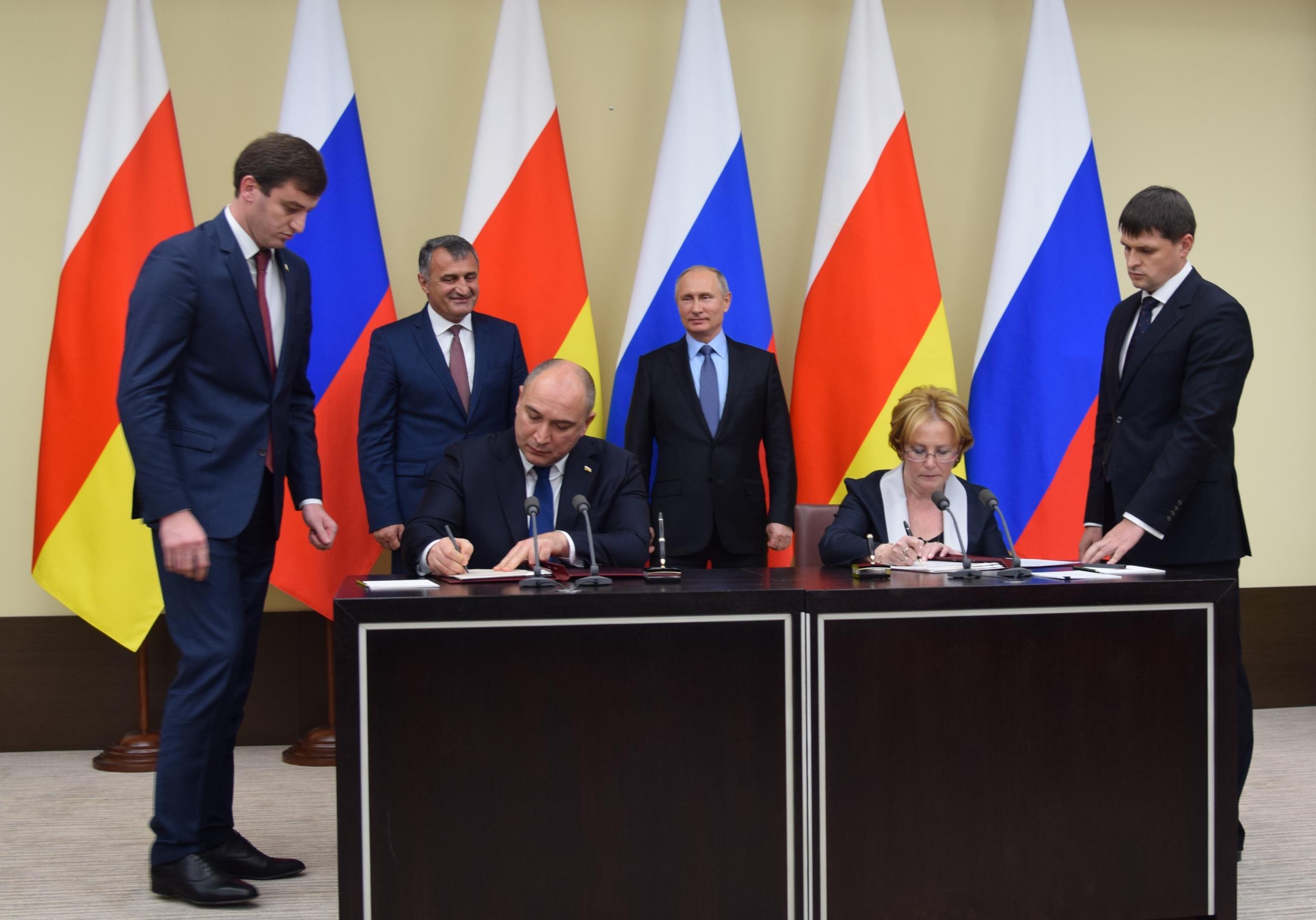 Министры здравоохранения Южной Осетии и России подписали документ о страховании граждан РФ, постоянно проживающих на территории Республики