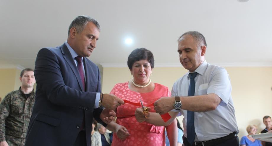 При содействии Анатолия Бибилова в новом здании Юго-Осетинского университета состоялась первая художественная выставка