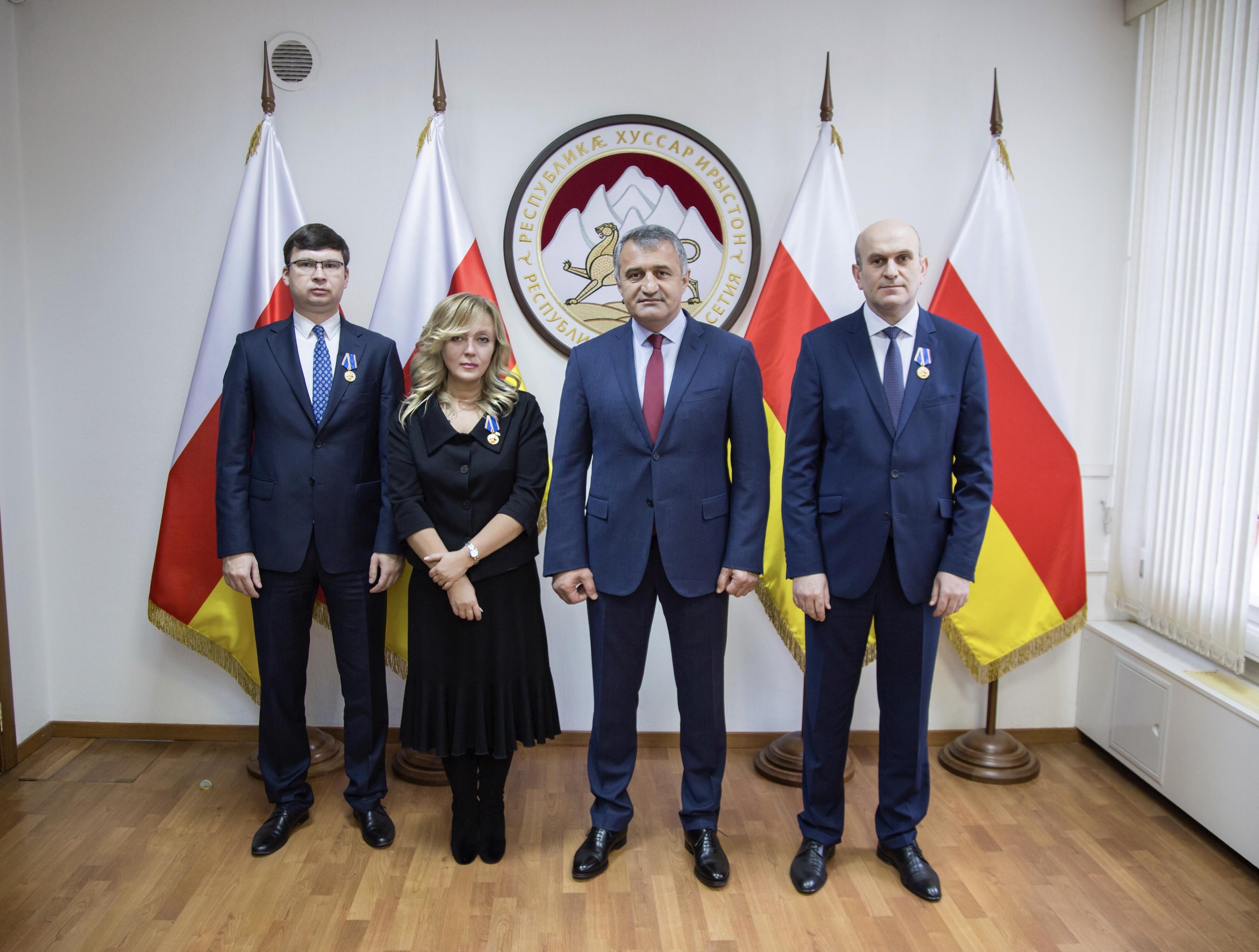 Анатолий Бибилов наградил сотрудников Посольства в Москве
