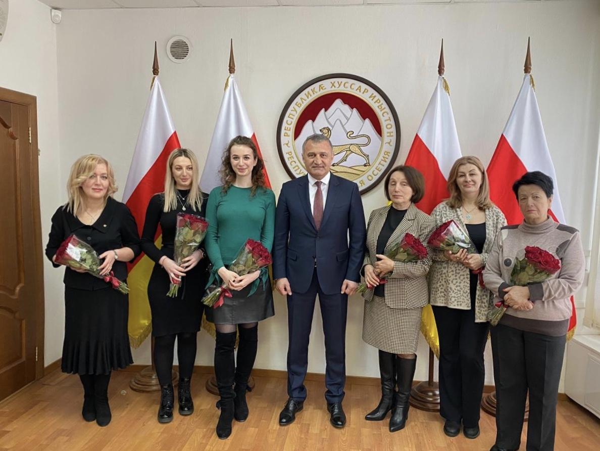 Президент поздравил сотрудниц Посольства с 8 марта