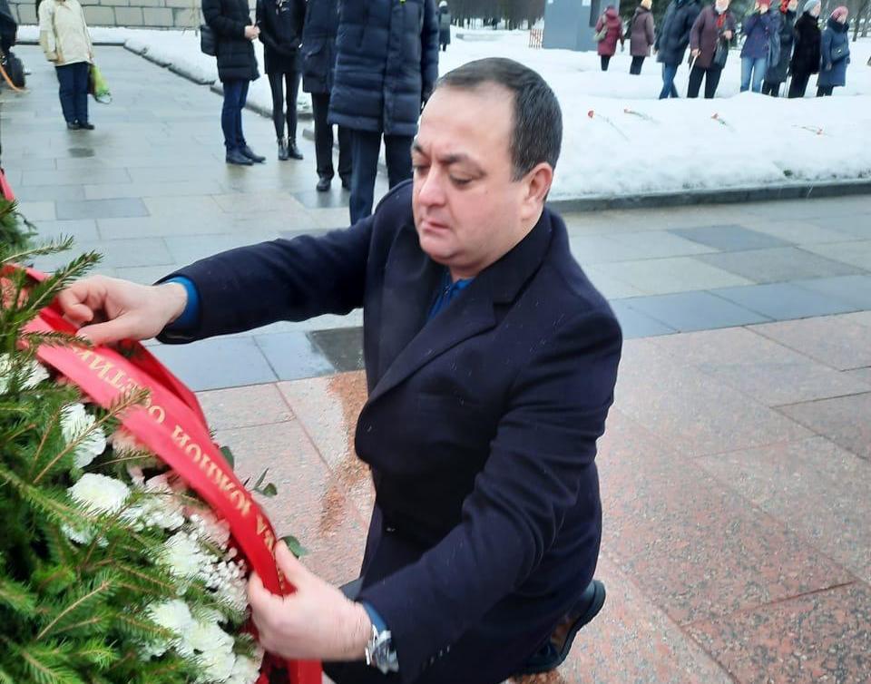 К подножию монумента Матери-Родины от народа Южной Осетии возложен венок