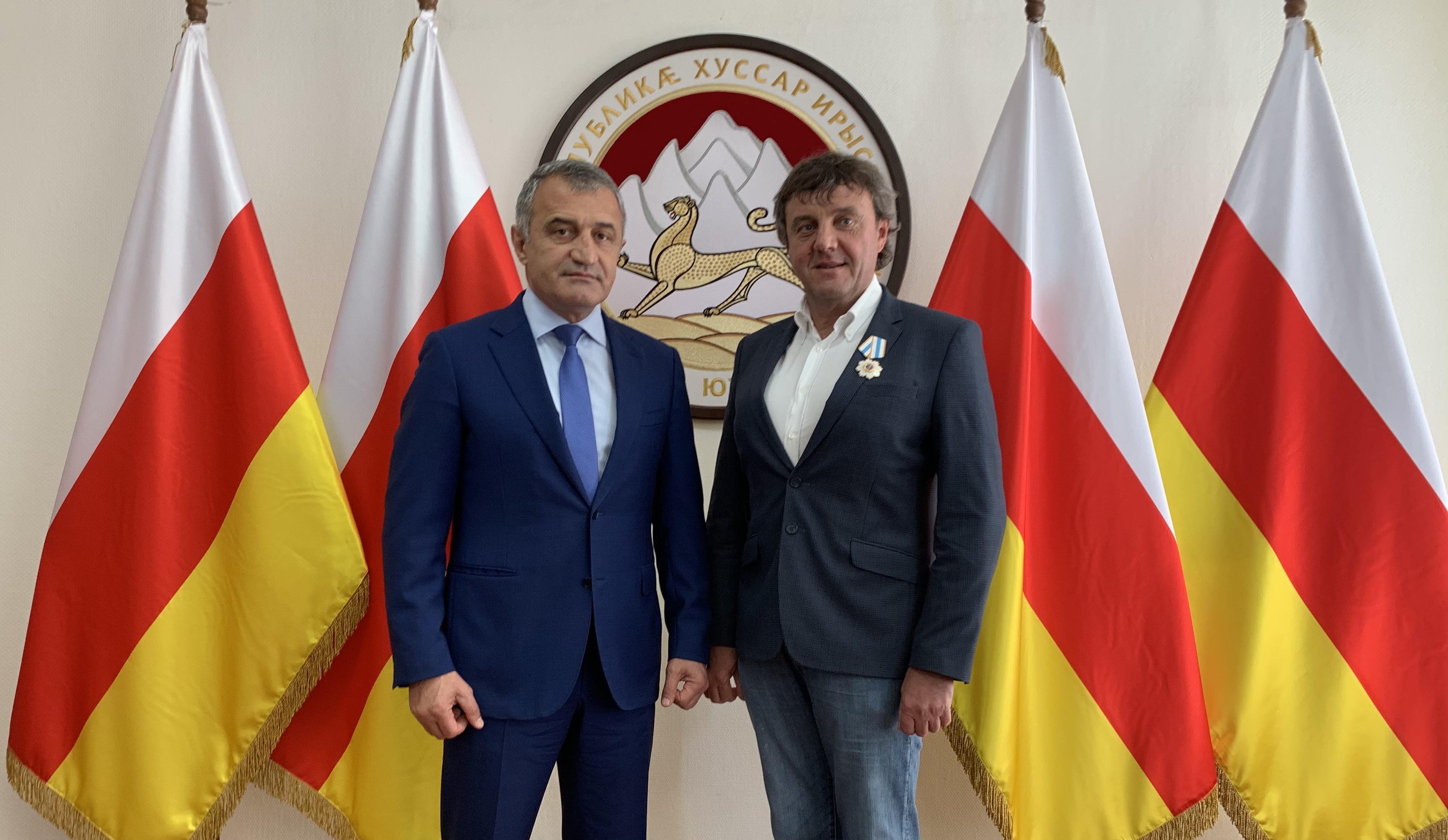 Анатолий Бибилов наградил Эдуарда Тарана Орденом Дружбы