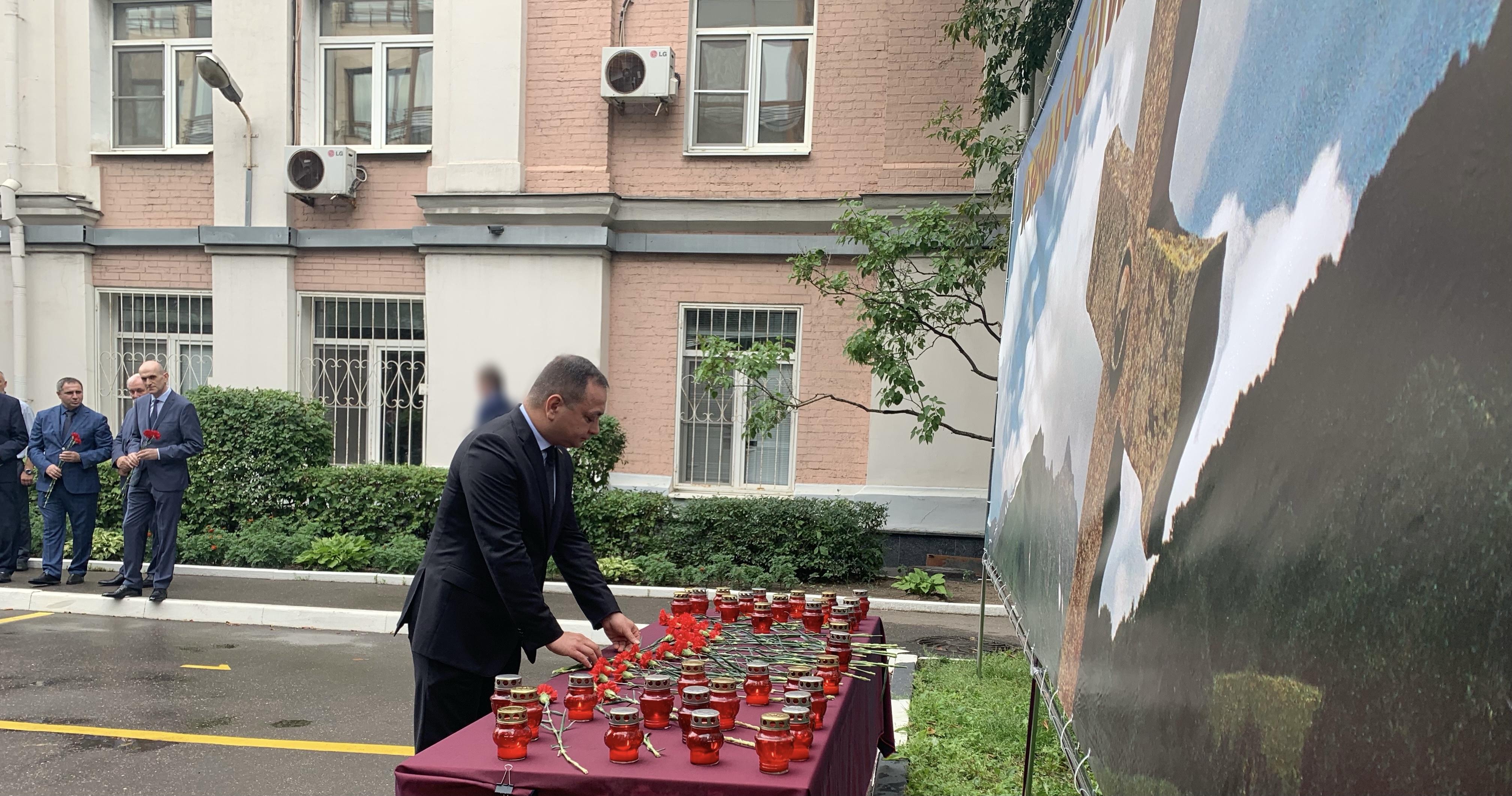 В память о погибших в войне 2008 года на территории Посольства приспущен Государственный флаг